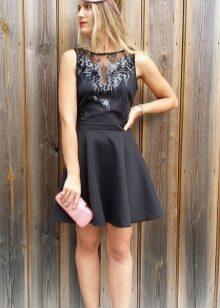 Acessórios para um vestido preto com uma saia do sol