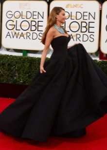 Vestido bustier preto longo com uma saia ao sol