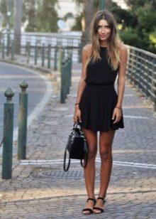 Saco e sapatos para um vestido de verão com uma saia do sol