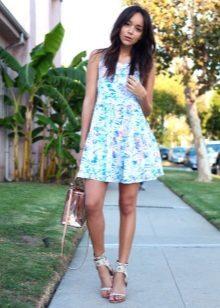 Vestido curto de verão com saia de sol