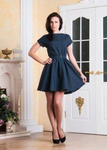 Vestido azul marinho curto com saia de sol