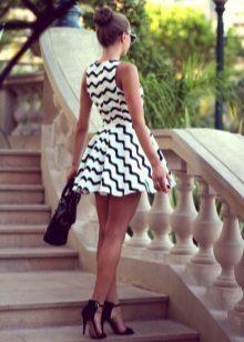 Rochie scurtă albă și neagră cu fustă de soare