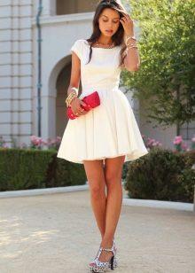 Rochie scurtă albă, cu fustă la soare