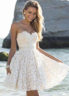 Vestido bustiê de renda branca com saia de sol