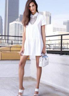 Sandalen met hoge hakken tot een jurk met lage taille