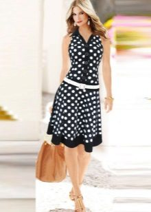 Jurk in polka-dot met lage taille en volledige rok