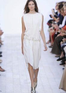 Rochie albă cu talie joasă și lungime medie