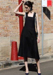 Svart kjole i medium lengde med et fritt skjørt