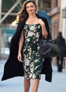Kjole-kjole i kombinasjon med et frakk