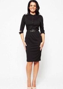 Musta mekko sotilaallisella tyylillä