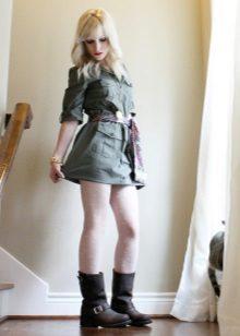 Botas para o vestido em estilo militar