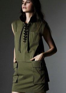 Vestido estilo militar com laço e bolsos