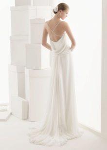 Gaun putih dengan membuka belakang pada tali
