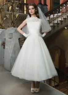 Vestido de noiva no estilo dos anos 60 de rendas e tule