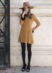 Sapatilhas com um vestido redondo no estilo dos anos 60