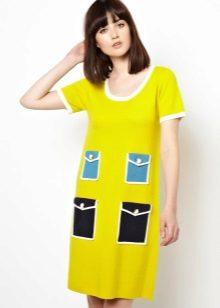Vestido amarelo com bolsos azuis e pretos de 60 anos