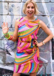 Um vestido colorido no estilo dos anos 60