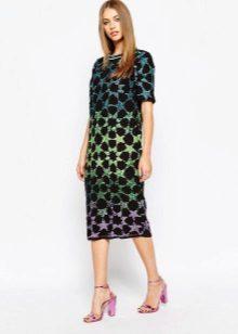 Vestido de comprimento médio com um padrão abstrato no estilo dos anos 60