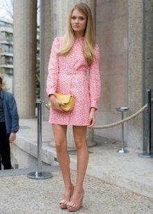 Vestido rosa curto no estilo dos anos 60
