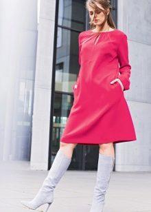 Vestido trapezoidal de comprimento médio rosa em estilo anos 60 em combinação com botas