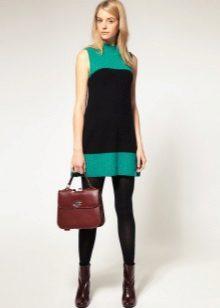 Vestido curto de duas cores da linha A no estilo dos anos 60 em combinação com botas grosseiras