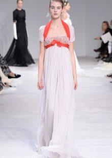 Empire-tyylinen mekko, jossa on kontrasti nauha