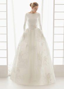 Vestuvių suknelė uždaryta su nėrinių sijonu