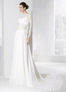 Vestuvių suknelė paprasta ant grindų