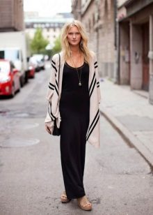 Cardigan para um vestido longo preto
