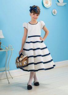 Vestido de verão para uma menina em um azul listrado