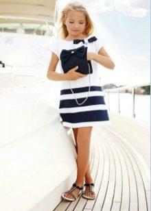 Vestido de verão para uma menina em um estilo marinho branco com listras