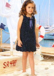Vestido de verão elegante para uma menina com rosas