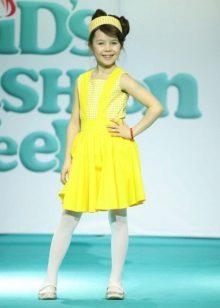 Vestido elegante para a menina amarela curta