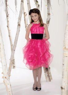 Vestido de noite elegante para uma menina com uma saia volumosa