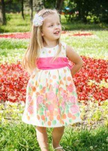 Vestido elegante para a menina em uma florzinha