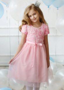 Vestido elegante para uma menina cheia