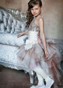 Vestido curto elegante com um trem para a menina