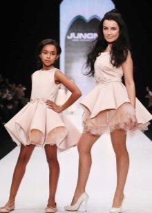 Mini vestido magnífico elegante para a menina