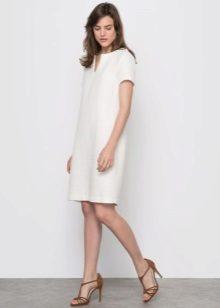 valkoinen tweed-mekko suoralla leikkauksella