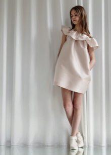 vestido curto com folho para um adolescente