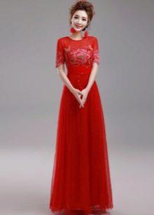 punainen organza-mekko lattialle