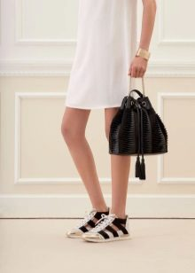 Beyaz elbise için spor ayakkabı