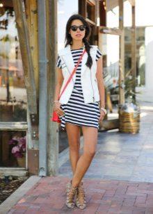 Beyaz-mavi elbiseye kontrast aksesuarlar