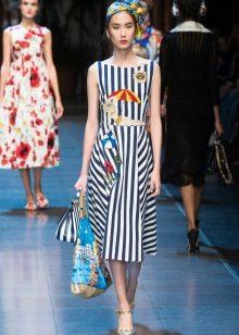 Beyaz ve mavi çizgili elbiseye çanta