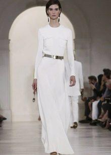 Beyaz uzun elbise altın takı