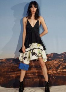 beyaza siyah elbise için mavi çanta