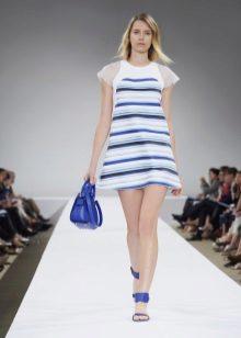 Beyaz-mavi elbiseye mavi aksesuarlar