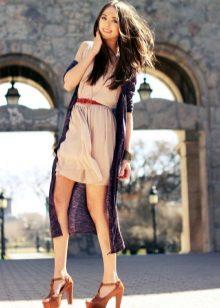 Bej elbise kırmızı kemer