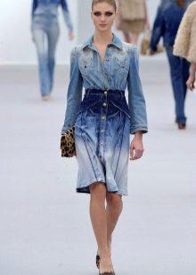 Bolsa para um vestido curto de jeans
