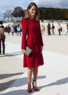 Vestido de renda vermelha com bolsa de leopardo